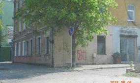 Sučiupti asmenys, paišę ant miesto sienų