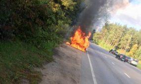 Užsidegęs automobilis net sproginėjo