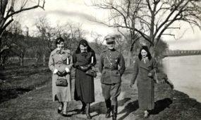 Pasivaikščiojimas Šventosios pakrante. Pirma iš dešinės – Julija Paulauskaitė (Zaborskienė), antras – jaun. leitenantas Povilas Bareišis. Ukmergė, apie 1933–1934 m.