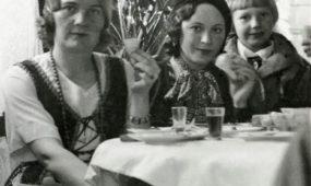 Arbatinėje. Viduryje – Julija Paulauskaitė (Zaborskienė). Manoma, Ukmergė, apie 1933–1935 m.