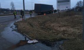 Lenko vairuojamas vilkikas rėžėsi į atitvarus: išsiliejo 500 litrų degalų