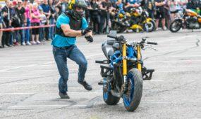 Baikerių šventėje užfiksuotas incidentas: motociklas riedėjo į žmonių minią