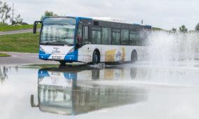 Autobusai važiuoja slidžios dangos trasa