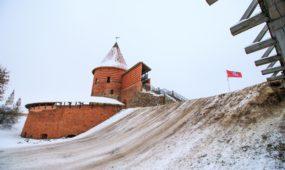 Nuvažinėtas kalnas prie pilies