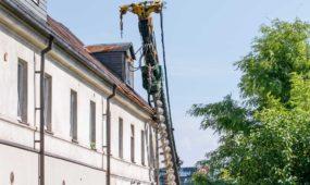 Ant namo užgriuvo statybinis įrenginys