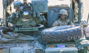 NATO Karinė kolona Islandijos plente, kareiviai