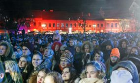 Rotušės aikštėje pradėjo veikti Kauno Kalėdų radijas