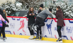 Kauniečiai mėgaujasi žiemos pramogomis