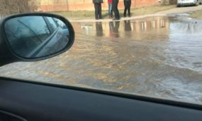 Trūkus vandentiekiui užlieta R. Kalantos gatvė