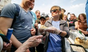 Kauniečiai vaišinosi Vienybės aikštės tortu