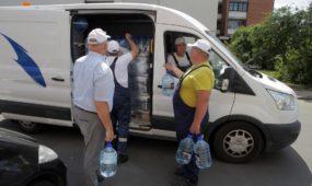"""""""Kauno vandenys"""" gyventojams išvežioja vandenį"""