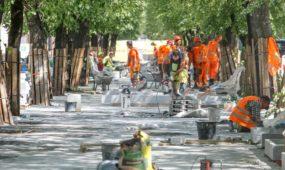 Statybininkai Kaune dirba per karštį