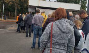 Žmonių eilė Kauno klinikų aikštelėje