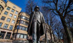 Į Laisvės alėją sugrąžinta J. Vileišio skulptūra