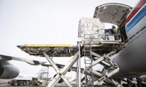 Pasinaudojus karinių pervežimų platforma atskraidintas apsaugos priemonių krovinys