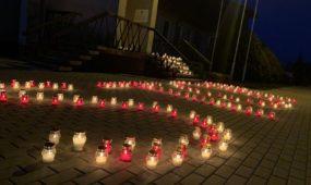 Prie Rumšiškių seniūnijos uždegtos žvakutės