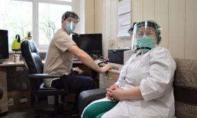 Gyd. akušeris ginekologas Marius Goberis ir anesteziologė Jelena Čiučiulkienė gydytojų kabinete po neseniai atliktos Cezario operacijos
