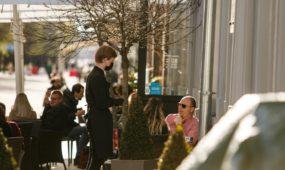 Ilgąjį savaitgalį kauniečiai leidžia lauko kavinėse
