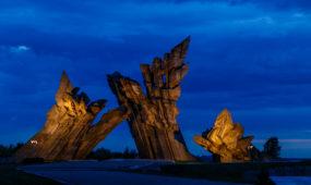 Apšviestas IX forto monumentas