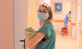Slaugytoja Diana Baliuckaitė po apžiūros atneša mamai jos mažylį