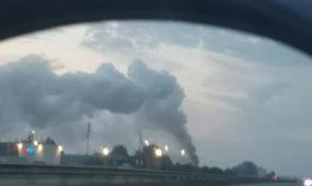 Vakariniame aplinkkelyje deganti gamykla