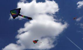 Zapyškio aitvarų festivalyje į dangų kyla įvairių formų ir spalvų skraidymo aparatai