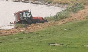 Į Nerį įkrito traktorius