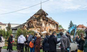 Prie griaunamo namo Perkūno alėjoje susirinko žmonės