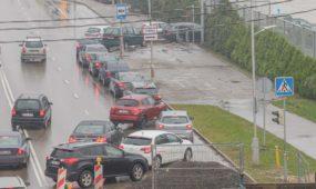 Automobilių eilė prie mobilaus koronoviruso patikros punkto