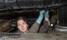 Mergina dirbanti autoservise