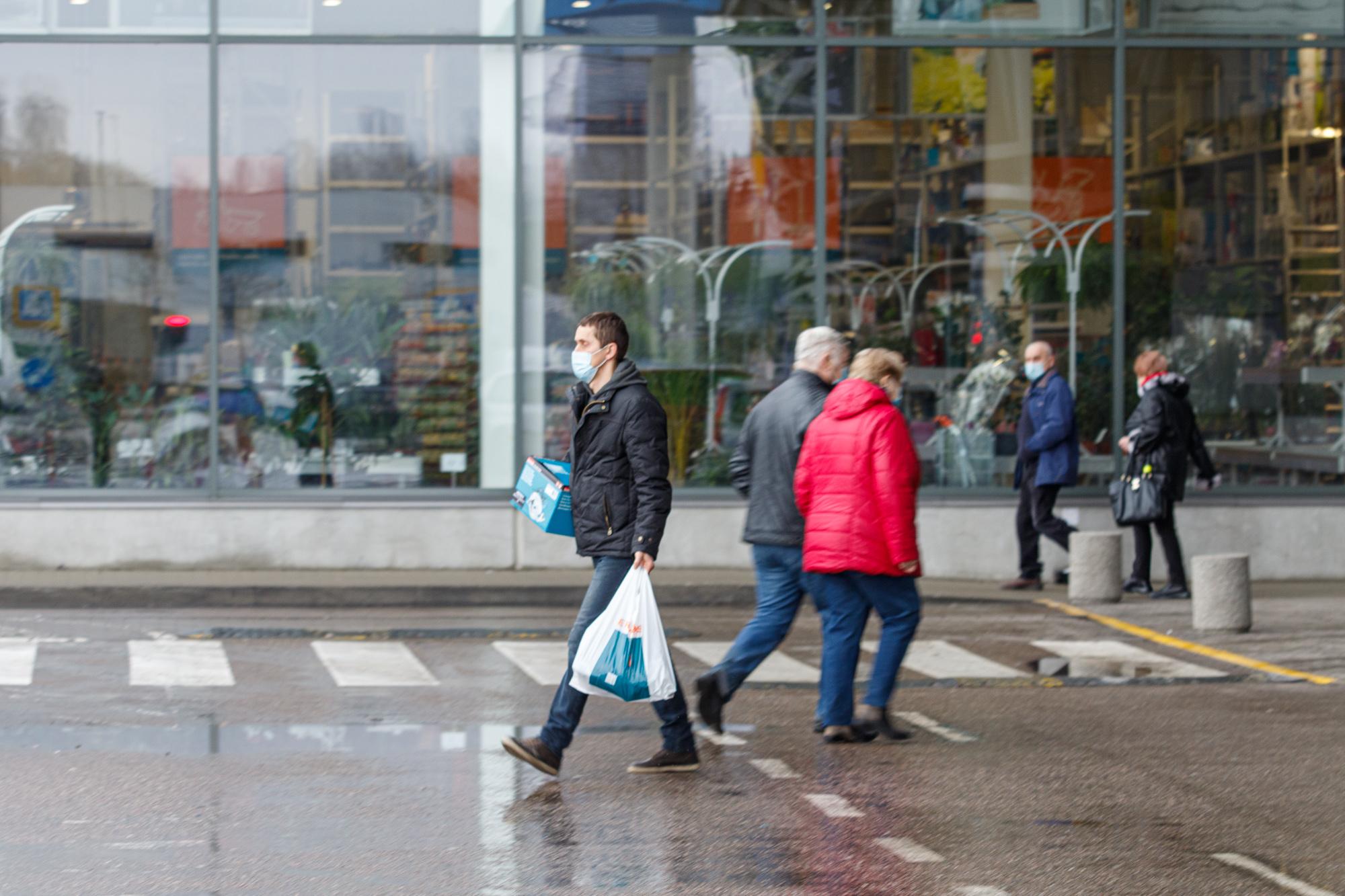 Žmonės perkasi didžiuosiuose prekybos centruose
